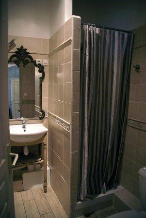 Autour du Petit Paradis : The bathroom