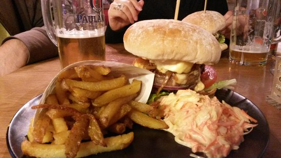 La mouss'tache : Burger, fries, cole slaw