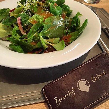 Hotel Bernerhof Gstaad : Salat in der Gaststube