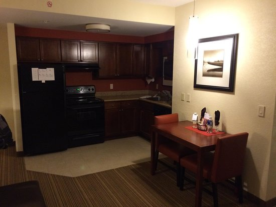 Residence Inn Mississauga-Airport Corporate Centre West: Kitchen area
