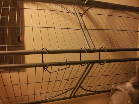 Summer Place Hotel : sofa cama quebrado