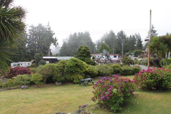 Tofino Motel HarbourView: vue du jardin sur le balcon