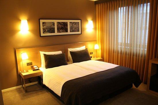 Adina Apartment Hotel Berlin Hauptbahnhof: bed in the room