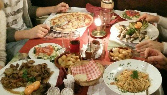 Losser, Pays-Bas : Pasta Al Salmone, pizza Carbonara (met ananas), ossehaas Rustico met champignons en Sardine Mare