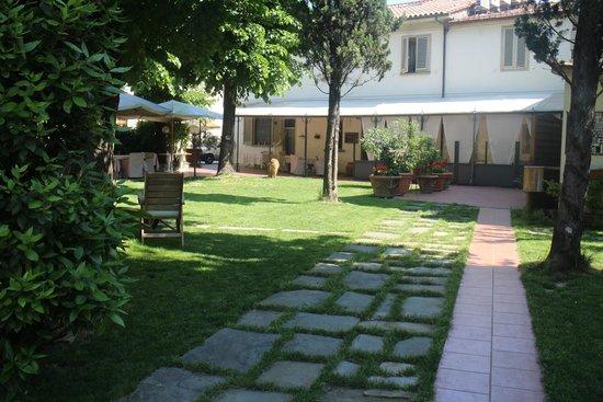 La Bussola da Gino Ristorante & Locanda: Outside dining and garden