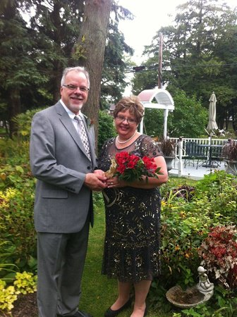 Yelton Manor Bed and Breakfast: We had our ceremony out in the garden.