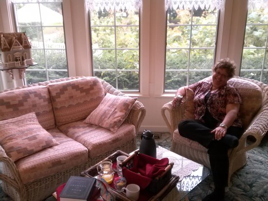 Yelton Manor Bed and Breakfast : We shared breakfast in the reading room the next day...