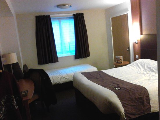Premier Inn Widnes Hotel: twin room with double bed