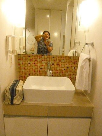 Citadines Sukhumvit 16 Bangkok: Basin area outside of bath area with cupboard...good light