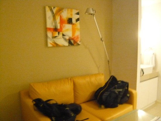 Citadines Sukhumvit 16 Bangkok: Couch and good lamps for reading