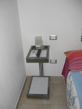 Lazy Night Guesthouse: mesa de cama bastante rara