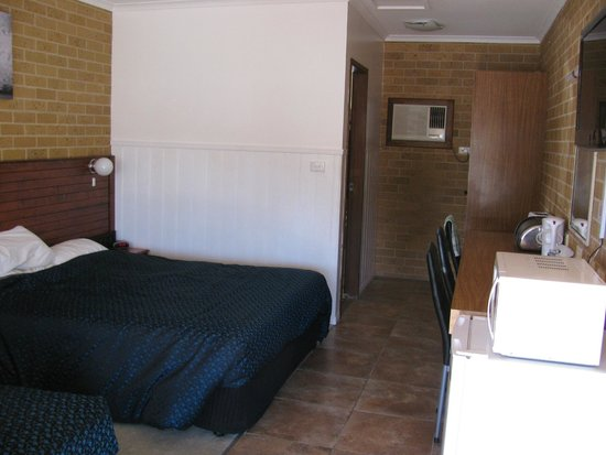 Kidman Way Motor Inn : Motel Room