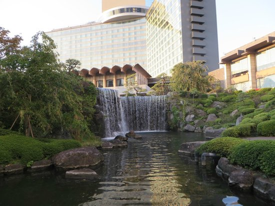 Hotel New Otani Japanese Garden: Hotel and waterfall