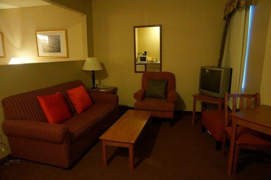 MorningGlory Hotel, Resort & Suites : Separate sitting room