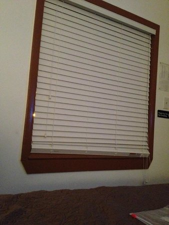 Golden Gate Motel: Curtains to cover what the blinds didn't would be nice!