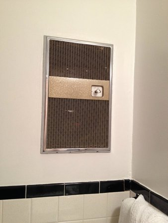 Golden Gate Motel: Heating vent in bathroom!