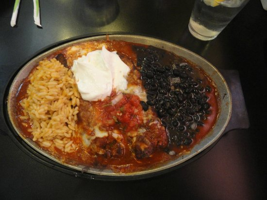 Zia Diner : Delicious chile rellanos in red chile with black beans