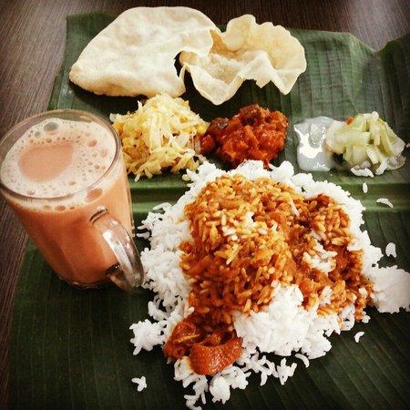 Selvam : Nasi kari dengan 3 jenis sayuran dan teh malaysia..