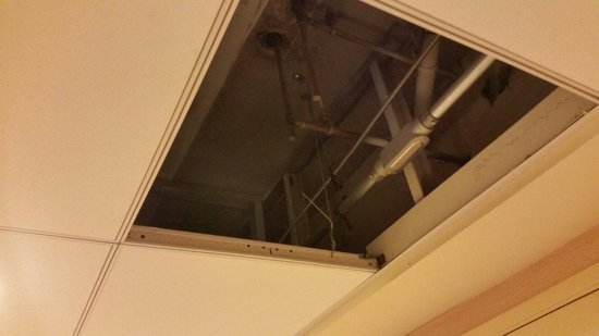 San Mateo Marriott San Francisco Airport : Missing ceiling tile in hall!