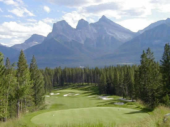 Silvertip Resort: Three Sisters mountains