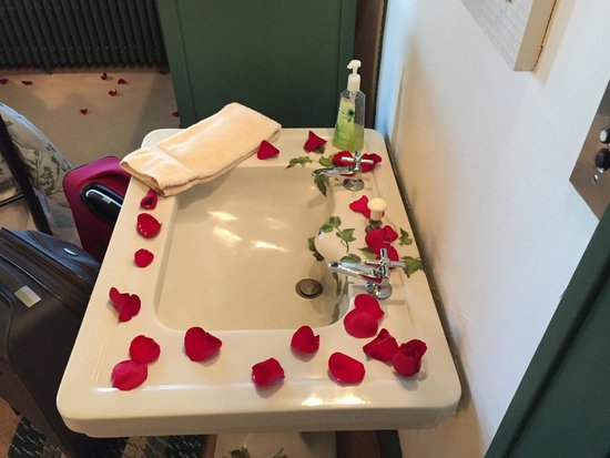 Deutsche Strasse Bed & Breakfast: Just a few of the rose petals Ramona decorated our room with