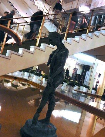 Dorothy Chandler Pavilion : elegant ballerina sculpture