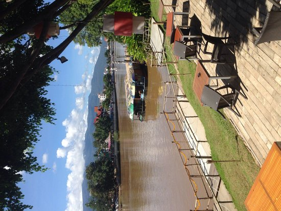 Deck 1, Rarinjinda Wellness Spa Resort : Deck 1 - riverside. Superb!