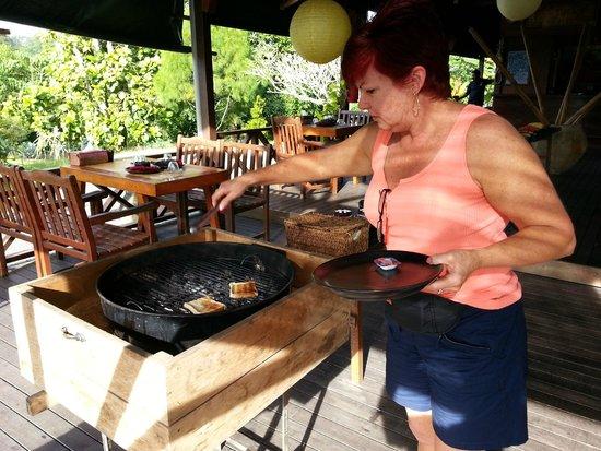 Borneo - Sepilok Forest Edge Resort - Unique way to cook your toast
