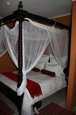 Dinkwe Guest House: Our Bed