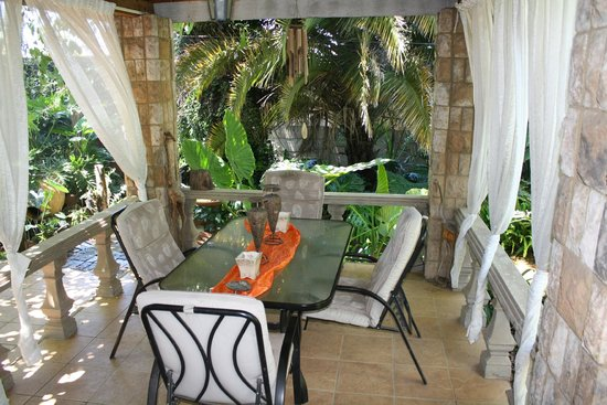 Dinkwe Guest House: private patio