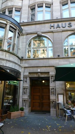 DaimlerChrysler Contemporary (Haus Huth): Hidden entrance door between two bars/restaurants