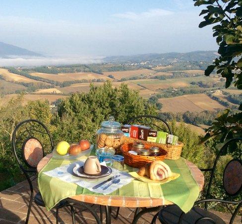 Il Borgo Sulla Collina B&B: Breakfast in The garden