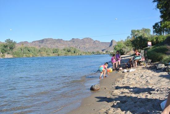 Buckskin Mountain State Park: strandje langs de rivier