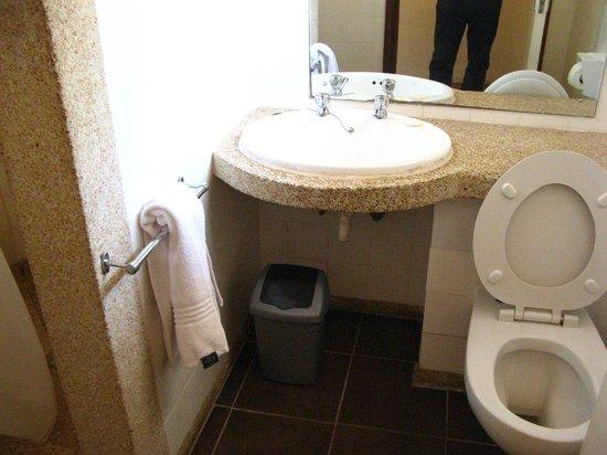 Sunbird Nkopola Lodge: Banheiro simples