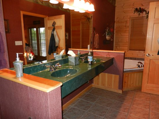 Harpole's Heartland Lodge, Inc: bathroom with jacuzzi