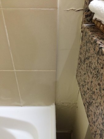 Hotel Grand Chancellor Launceston: Water damaged wall in bathroom