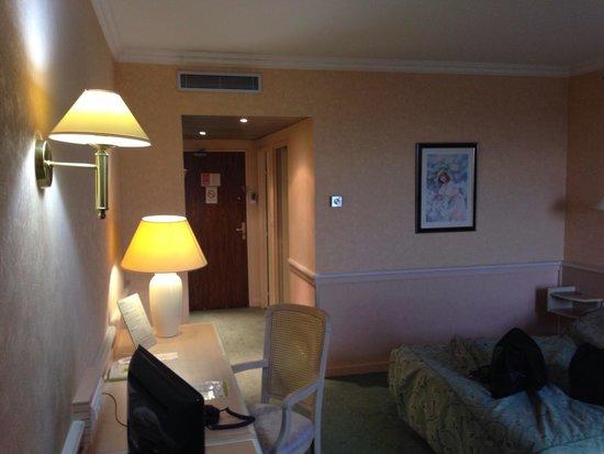 Hotel Logis Lyon Est - Porte de L'Ain : Hotel sympa literie agréable, salle de bain correct. Mais pas a la hauteur d un 4 étoiles c est
