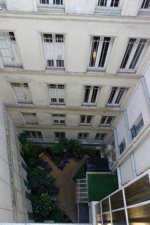 Hotel Queen Mary : La vue depuis la chambre sur la cours intérieure