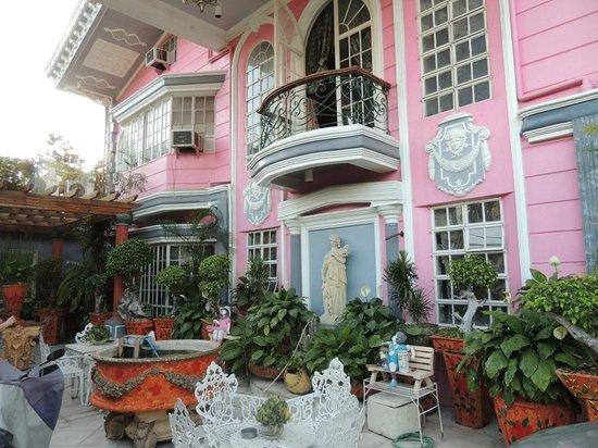 Europa Mansionette Inn : Фронтон отеля.