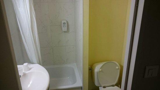 B&B Hotel Nantes Atlantis Le Zénith : Salle de bain / WC