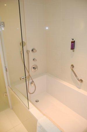 Hôtel Barrière Lille : jolie salle de bain