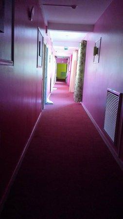 Family Hôtel : Les draps par terre dans le couloir