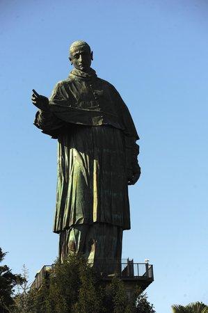Hotel Giardino: Statua San Carlo