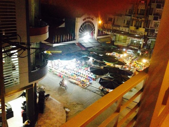 Trung Nguyen Hotel: night view from hotel over markets