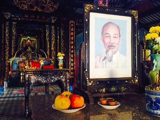 Chau Phu Temple: ho chi minh benerated still in temple