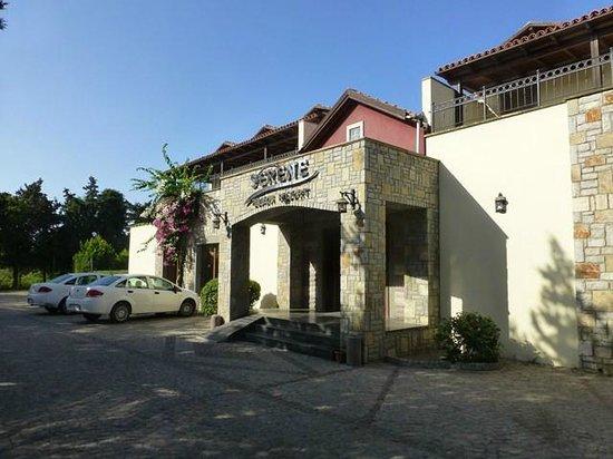 Serene Beach Resort: Widok hotelu od frontu
