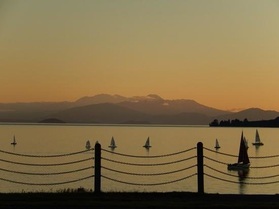 Waterside Restaurant & Bar: sunset Dinner from the Waterside Restaurant, Taupo