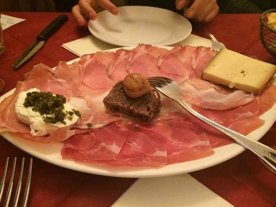 Brasserie La Padella : Tagliere misto moccetta, lardo di arnad, crudo, fontina , pane nero ai cereali, miele e una bell