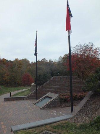 Lexington, Carolina del Norte: Flags over the memorial