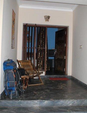 Casamaria Beach Resort: вход в номер